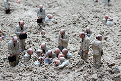 "De Panne Isaac Cordal ""Waiting for the climate change"""